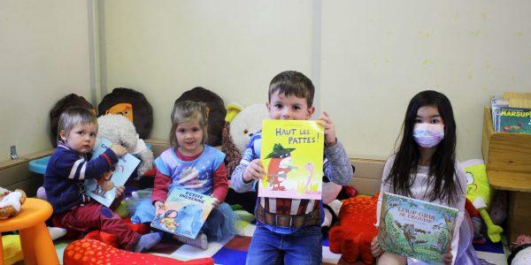 Les enfants-spectateurs sont venus, déguisés, écouter les lectures d'Émilie.