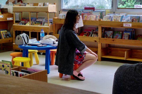 Émilie, conteuse de la bibliothèque, en pleine séance! | © Q. Bonvallet-Damoiseau